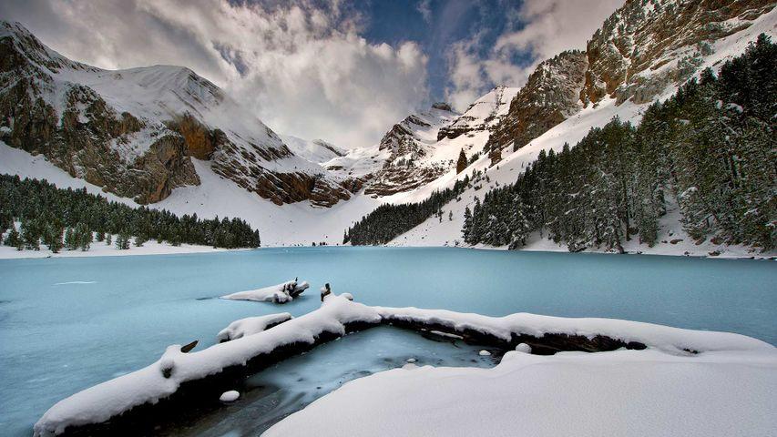 比利牛斯山脉中的高山湖Ibón de Plan,西班牙韦斯卡
