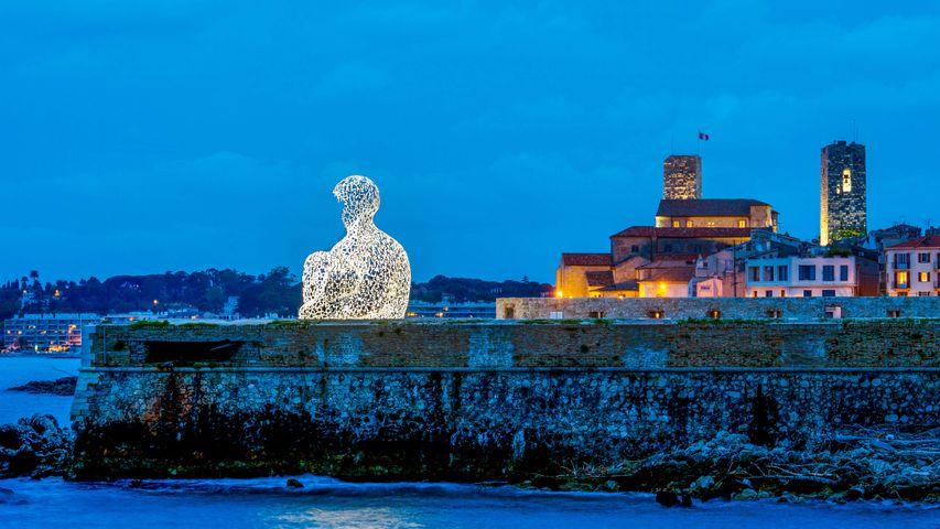 "Sculpture créée par l'artiste Catalan Jaume Plensa intitulée ""Nomade"", vieille ville d'Antibes, Alpes-Maritimes"