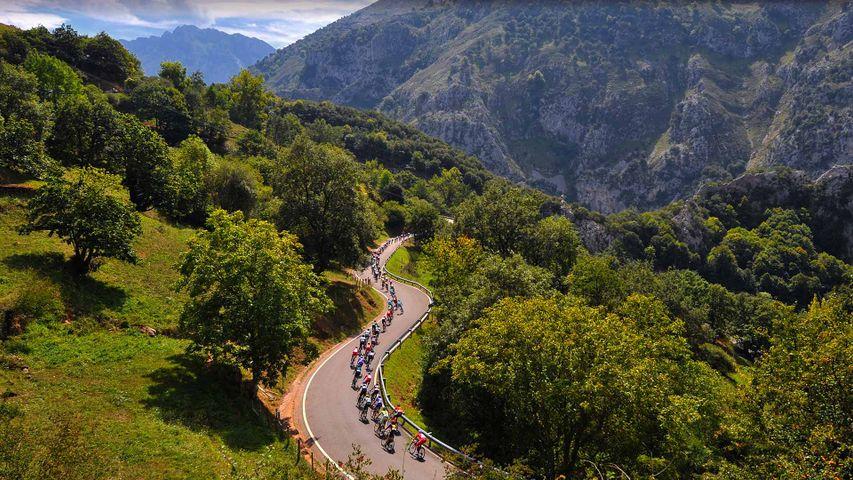 El pelotón de La Vuelta atravesando el valle de Sabero en 2014, León
