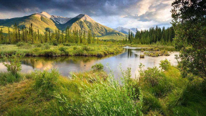 山脉中的朱砂湖,加拿大落基山脉