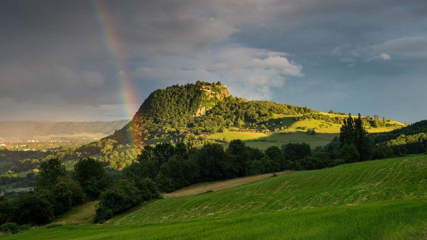 Blick auf den Hohentwiel im Hegau mit Regenbogen, Baden-Württemberg